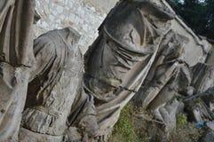Части старых сломанных статуй в дворе стоковое изображение rf