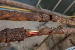 Части старых труб, разрушенной трубы металла ржавая стальная пробка Стоковое фото RF