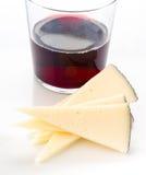 Части сыра и бокала вина на белизне Стоковые Изображения RF