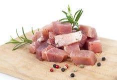 Части сырого мяса на доске кухни, Стоковое Изображение
