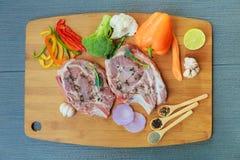 2 части сырцового свинины на деревянных ингридиентах разделочной доски Стоковые Изображения