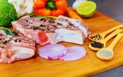 2 части сырцового свинины на деревянных ингридиентах разделочной доски Стоковая Фотография