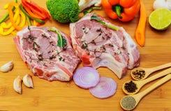 2 части сырцового свинины на деревянных ингридиентах разделочной доски Стоковое Фото