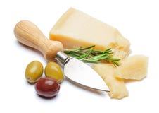 Части сыр пармесана и ножа на белой предпосылке Стоковая Фотография