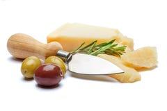 Части сыр пармесана и ножа на белой предпосылке Стоковые Фотографии RF
