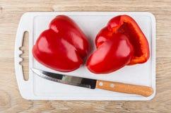Части сладостного перца и кухонного ножа на разделочной доске Стоковое Фото