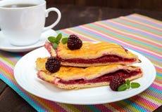 Части сладостного пирога ягоды на белой плите Стоковое фото RF