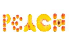 Части слова выровнянные персиком отрезанного плодоовощ персика на белой предпосылке Стоковая Фотография RF