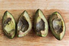 4 части тухлого авокадоа на деревянном взгляд сверху предпосылки стоковая фотография rf