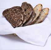 Части хлеба рож с семенами и части белизны с сыром Стоковое фото RF