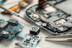 Части цифровых устройств с инструментами Концепция ремонта и обслуживания стоковая фотография rf