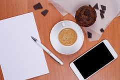 Части чашки кофе, булочки и шоколада на месте службы стоковая фотография