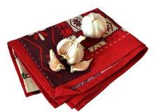 Чеснок на красном полотенце Стоковые Изображения