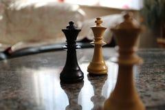 Части шахмат на таблице Стоковое Изображение