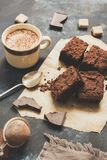 Части шоколадного торта с кофе стоковое изображение rf