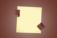 Части шоколада бара с липкой бумагой примечания Стоковые Фото