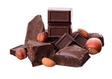 Части шоколада и гаек на белой предпосылке Стоковое Изображение