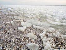 Части льда на seashore Стоковая Фотография