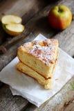 2 части яблочного пирога на деревянной предпосылке Стоковая Фотография RF