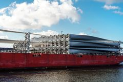 Части windfarm на палубе грузового корабля стоковые фото