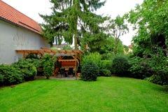 Частная идиллия сада задворк в лете Стоковые Фотографии RF