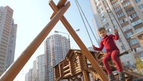 Частная концепция детского сада Положительные эмоции детей Предпосылка выражения Мальчик сидя на старом деревянном саде акции видеоматериалы