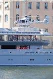 Частная роскошная яхта с палубой вертолета стоковое изображение