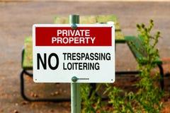 Частная собственность отсутствие trespassing знака на столбе стоковые фотографии rf