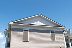 Частная территория дом на голубом солнечном небе двигать к новому дому взгляд со стороны жилищного строительства Структура архите стоковые изображения