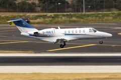 Частное летание цитации Цессны над взлётно-посадочная дорожка Стоковые Изображения RF