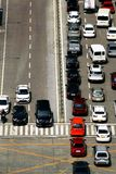 Частные и общественные автомобили на пересечении стоковое фото rf