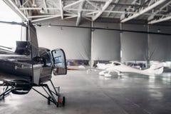 Частный авиапарк авиакомпании в ангаре авиапорта стоковые изображения
