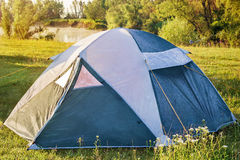 Частный располагаясь лагерем шатер на луге около реки Стоковая Фотография