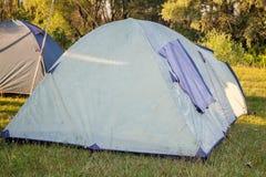 Частный располагаясь лагерем шатер на луге около реки Стоковые Изображения RF