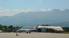 Частный самолет стоя на взлётно-посадочная дорожка на авиапорте готовом для чартерного рейса, перехода акции видеоматериалы