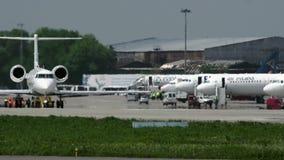 Частный самолет Gulfstream G450 на взлетно-посадочной дорожке сток-видео