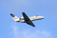Частный самолет дальше принимает  стоковое фото
