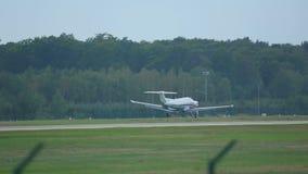 Частный самолет ускоряет ход и взлет видеоматериал
