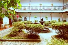 Частный сад в белом городе popayan Колумбии Южной Америке стоковые фотографии rf