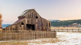Частокол и деревенский старый амбар Стоковое Изображение RF