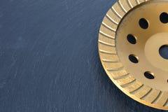 Часть абразивного диска диаманта на серой предпосылке гранита стоковая фотография