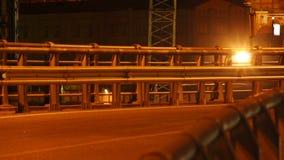 Часть автомобильного движения ночи стальная транспортной развязки моста, автомобилей сток-видео