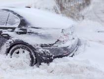 Часть автомобиля покрытая с снегом во время пурги Стоковое фото RF