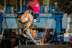 Часть автомобиля собрания заварки робота в фабрике стоковая фотография