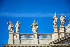 Часть балюстрады собора St. John баптист на холме Lateran в Риме стоковое фото
