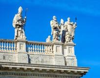 Часть балюстрады собора St. John баптист на холме Lateran в Риме стоковое изображение rf