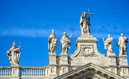 Часть балюстрады собора St. John баптист на холме Lateran в Риме стоковые изображения rf