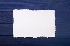 Часть белой бумаги с сорванными краями на покрашенной предпосылке с местом для текста Стоковая Фотография