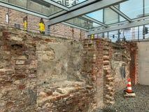 Часть Берлинской стены может быть glimpsed над обмылками Gestapo стоковые фотографии rf
