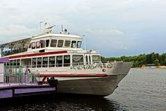 Часть белого корабля удовольствия на реке Стоковые Изображения